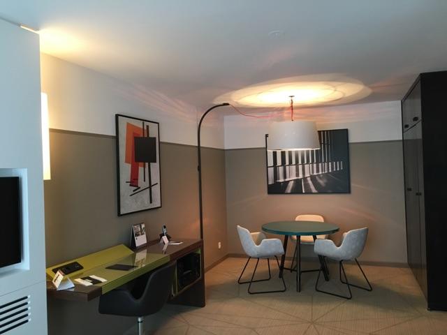 Intérieur d'appartement après la peinture des murs